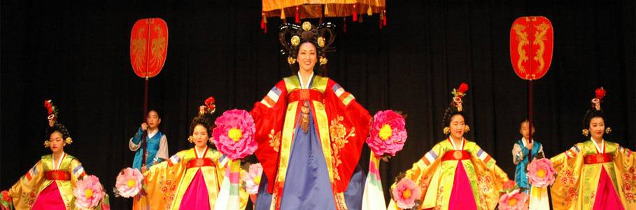Kyoungil Ong and her dance company allowed the audience to look back at the nobility and beauty of court life in past dynasties.